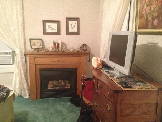 1870 Roebling Inn on the Delaware : Queen river room - fireplace