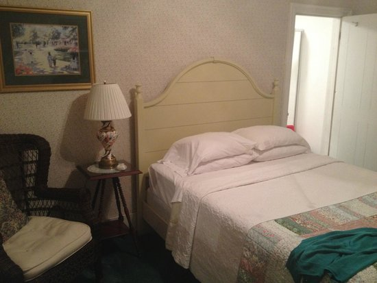 1870 Roebling Inn on the Delaware : Queen river room