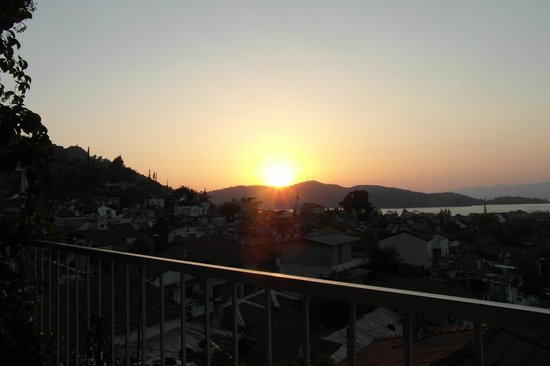 Suncity Hotel & Beach Club : sun set as we eat