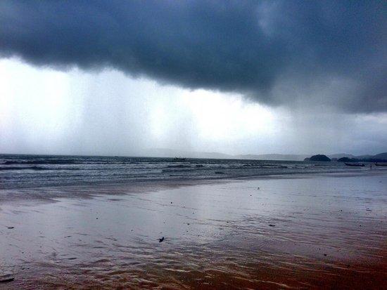 Aonang Villa Resort : crazy monsoon rain at Ao Nang beach (july 2014)