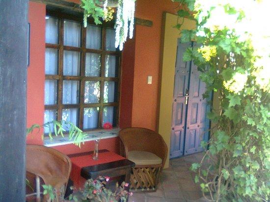 Guayaba Inn: El cuarto visto desde afuera con sus sillas y una mesa