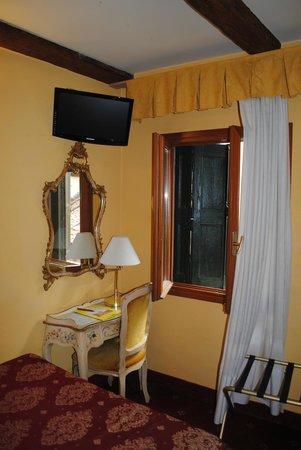 Antico Panada: Blick zum Fenster vom Bett aus
