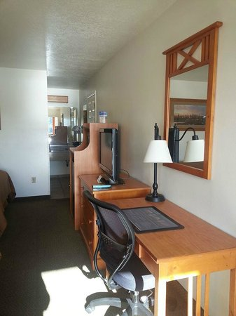 Best Western Plus Ruby's Inn : Desk, TV, Minifridge & Microwave
