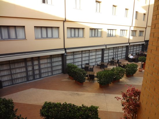 Holiday Inn Express Rome - San Giovanni: Breakfast area and courtyard