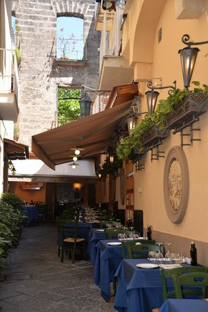 La Lanterna: The outside tables, nestling quietly amidst the bustling maze of streets
