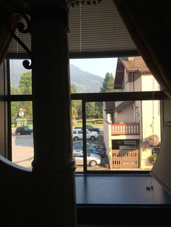 Bavarian Ritz Hotel: View of the parking lot across the street.