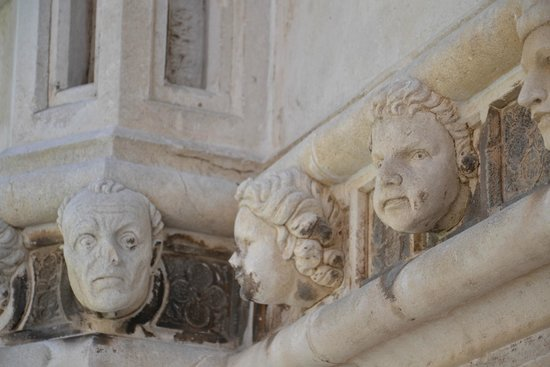 The Cathedral of St James in Sibenik: hoofden van tijdsgenoten