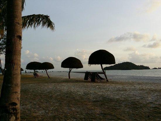 Meritus Pelangi Beach Resort & Spa, Langkawi: Sunset @ resort beach