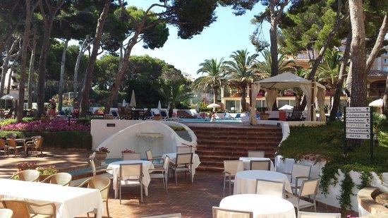 Hotel & Spa S'Entrador Playa: The outside area