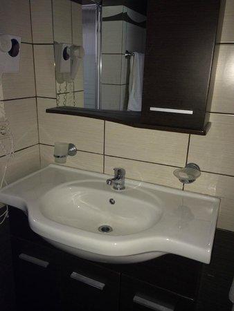 Sidari Water Park Hotel: Sink and vanity unit