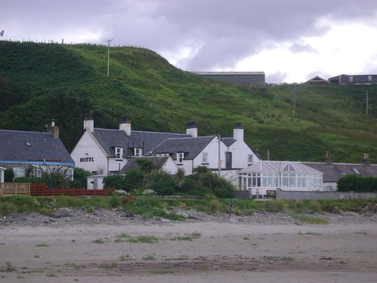Argyll Hotel: view of hotel from the beach
