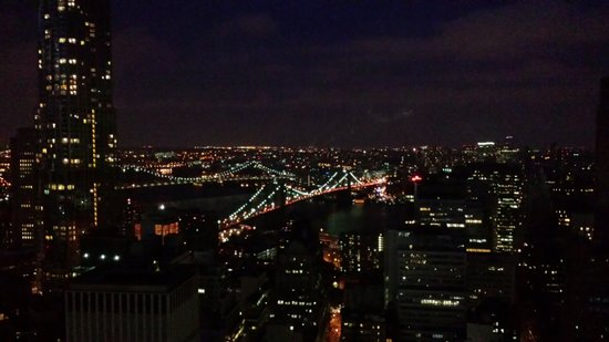 Millenium Hilton : View at night of the Brooklyn Bridge