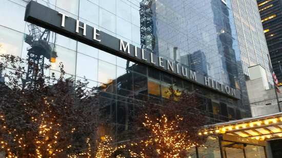 Millenium Hilton : Front of the Hotel