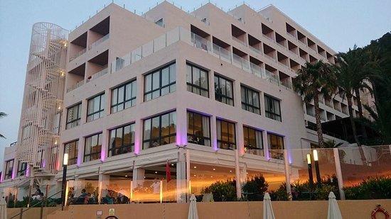 Palladium Hotel Cala Llonga: Front of hotel