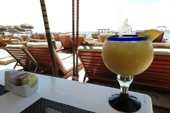 Magic Blue Hotel : Clube de praia Indigo Beach - Suco de Laranja
