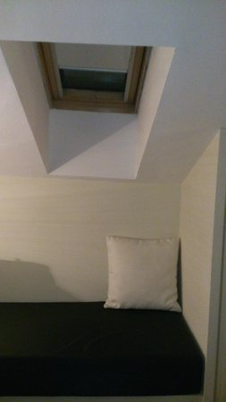 Room Mate Vega: Ventana abuardillada