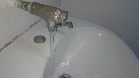 Camping le sous bois : Bravo au plombier. les robinets de droite sont fictifs