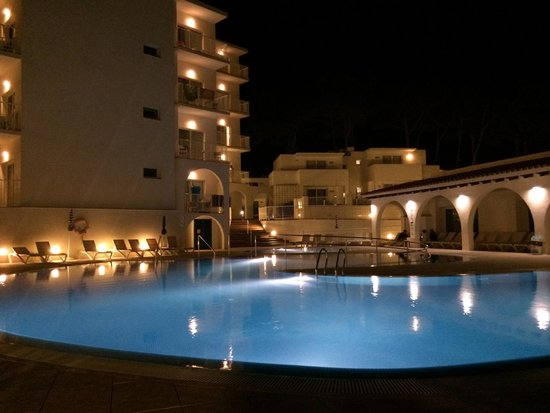 Hotel Playa Azul: Hotel por la noche