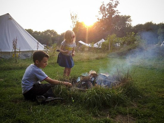 The Hideaway at Baxby Manor: Kids, campfire, marshmallows.
