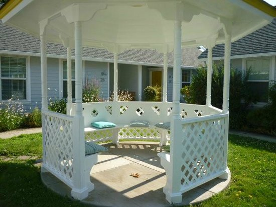 Lithia Springs Resort: Gazebo - one of many places to sit outdoors