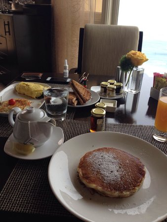 Raya at The Ritz-Carlton: Pancake and omelet