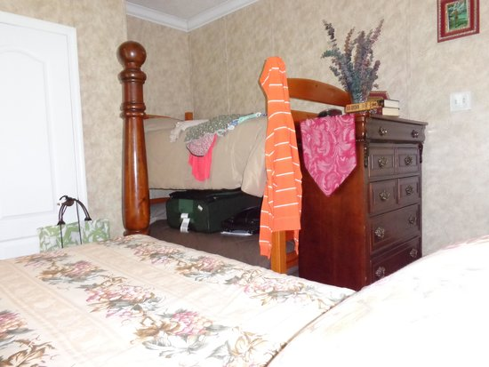 The Ancient City Inn: The bedroom with a queen size bed and bunk beds.