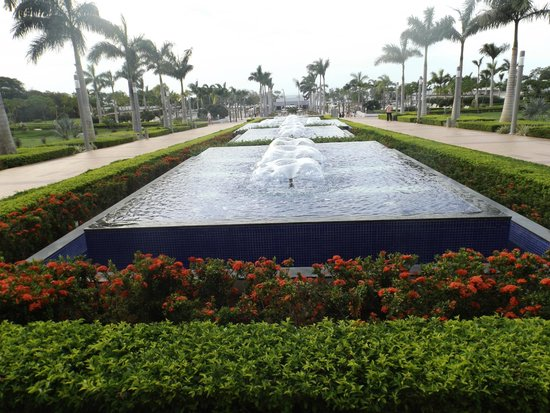 Hotel Riu Palace Costa Rica: Path to the pools and beach.