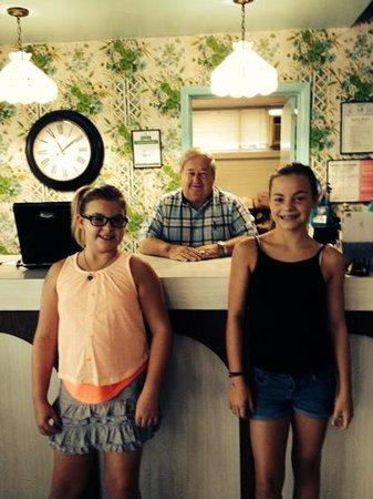 Waikiki Village : the girls and Mr Larry at checkout
