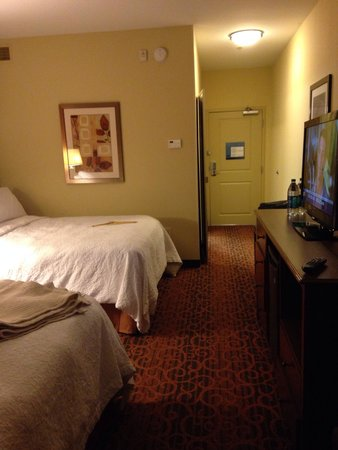 Hampton Inn & Suites Williston : Room with nice linens. Some space to walk and leads to the bathroom