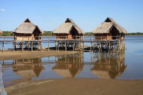 Flamingo Bay Water Lodge: Chalets at low tide