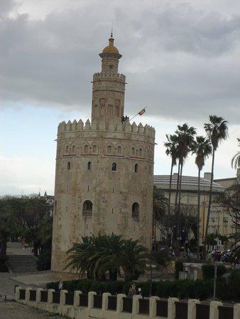 Torre del oro, vista desde el puente.