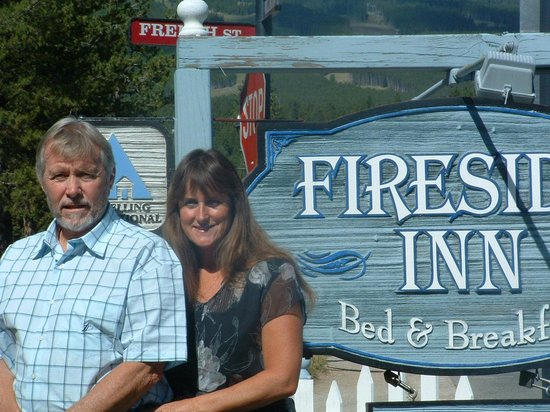 Fireside Inn : Norm and Debbie in front of B&B