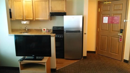 TownePlace Suites Phoenix North: View of kitchen from LR