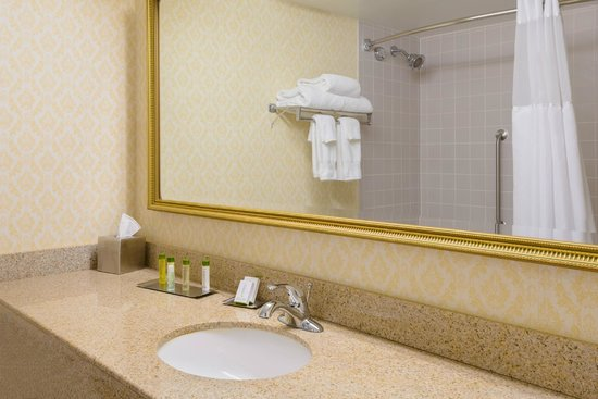 DoubleTree by Hilton Richmond-Midlothian: Well appointed bathrooms with Crabtree and Evelyn bath products