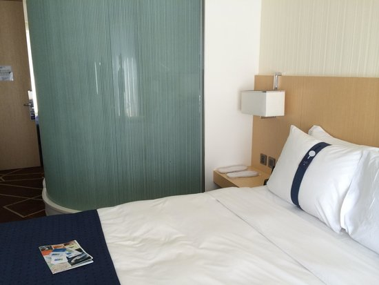 Holiday Inn Express HONG KONG KOWLOON EAST : The bed and the CR (cool)
