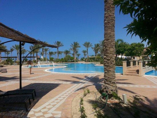 Jaz Almaza Beach Resort: Piscina