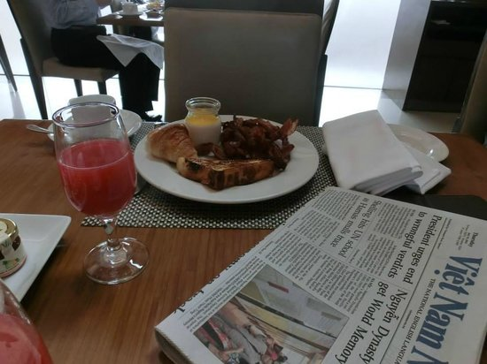Pan Pacific Hanoi: Breakfast, detox juice, first plate...always bacon.  Second plate, fruit, cheese, etc.