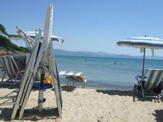 Residenza Turistica Baia Etrusca: Strand um die Mittagszeit