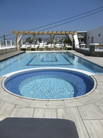 Damianos Hotel: Pool by day!