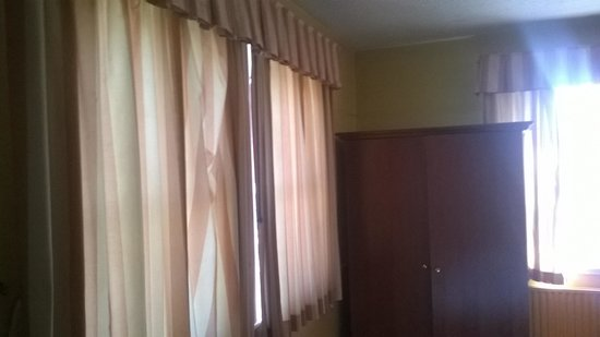 White Horse Hotel: Depressing curtains