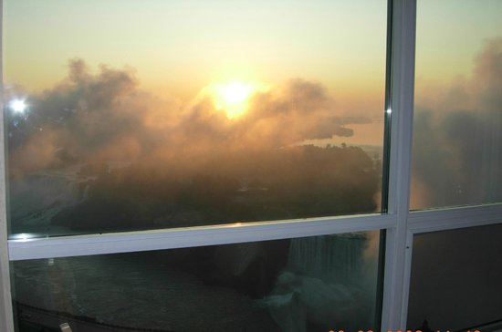 Embassy Suites by Hilton Niagara Falls Fallsview Hotel : Floor 39 - King Suite overlooking the falls