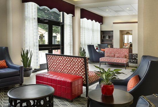 DoubleTree by Hilton Charlotte Airport: Lobby Sitting area