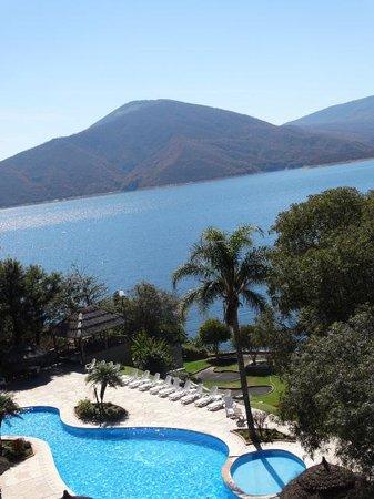 Hotel del Dique: Pileta y lago Hotel El Dique