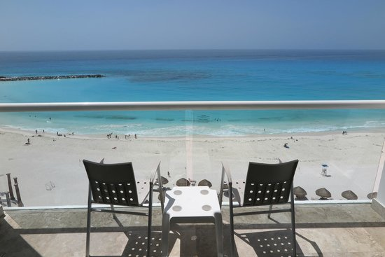 Krystal Cancun: Varanda e vista do mar
