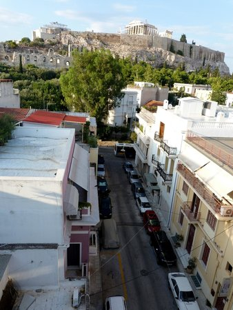 Acropolis View Hotel: The Acropolis/Plaka pedestrian walkway begins at the end of this street (taken from the balcony)