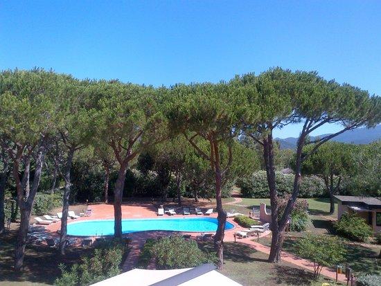 Roccamare Resort: Piscina e parco