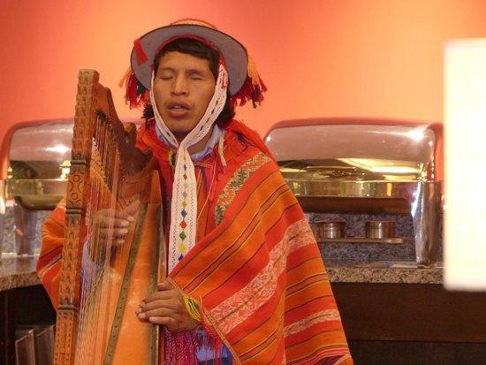 Casa Andina Premium Valle Sagrado Hotel & Villas: Harpiste lors d'un souper au restaurant de l'hôtel