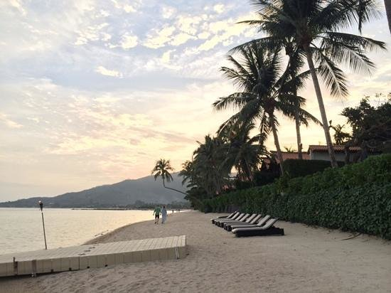 Le Meridien Koh Samui Resort & Spa: Awesome beach .. but not for swim.