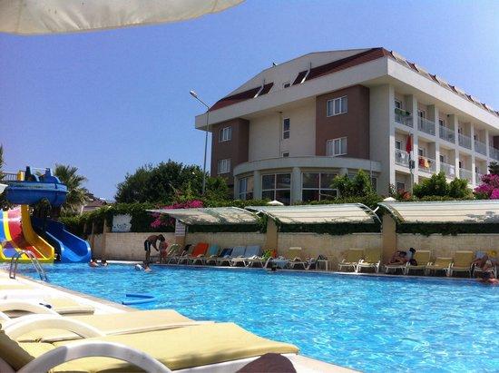 Camyuva Beach Hotel : Swimming pool and another hotel