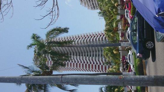 Crowne Plaza Acapulco: vista desde la calzada miguel aleman